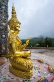 Immagine dorata all'aperto di Buddha in bello tempio buddista Immagini Stock