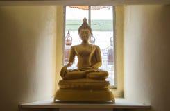 Immagine dorata del buddha in tempiale tailandese Fotografie Stock Libere da Diritti