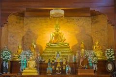 Immagine dorata di Buddha con la statua del monaco nel bello templ buddista Immagine Stock Libera da Diritti