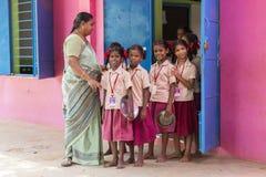Immagine editoriale documentaria L'insegnante ed i bambini non identificati escono dall'aula per pranzo fotografie stock