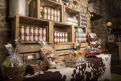 Immagine editoriale indicativa Negozio delle specialità gastronomiche in Normandia, Francia Fotografia Stock Libera da Diritti