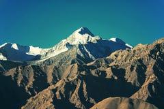 Immagine filtrata catena montuosa della neve: effetto d'annata elaborato incrocio immagine stock