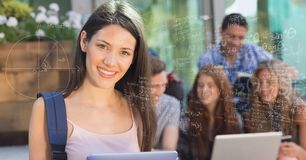 Immagine generata Digital dello studente di college femminile dalle varie formule di per la matematica con gli amici in backgro Fotografia Stock