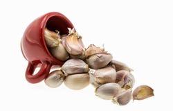 Immagine isolata di aglio in una ciotola su un fondo bianco fotografie stock