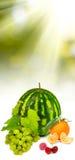 Immagine isolata di un'anguria, uva, ciliege, lamponi, succo d'arancia, immagine stock