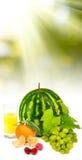Immagine isolata di un'anguria, uva, ciliege, lamponi, succo d'arancia, fotografia stock