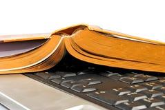 Immagine isolata di un libro di vibrazione sulla tastiera fotografia stock libera da diritti