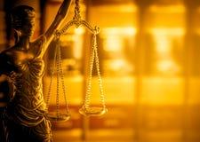 Immagine legale di concetto di legge, bilancia della giustizia, luce dorata fotografie stock libere da diritti