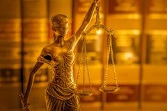 Immagine legale di concetto di legge, bilancia della giustizia, luce dorata Fotografia Stock