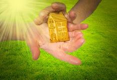 Immagine luminosa della donna che tiene casa di legno Immagine Stock Libera da Diritti