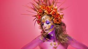 Immagine luminosa di Halloween, stile messicano con i crani dello zucchero sul fronte Immagine osante luminosa della giovane bell immagine stock