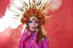 Immagine luminosa di Halloween, stile messicano con i crani dello zucchero sul fronte Immagine osante luminosa della giovane bell fotografie stock