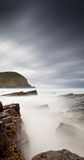 Mare nebbioso e rocce Fotografie Stock Libere da Diritti