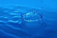 Immagine a macroistruzione di goccia dell'acqua che forma parte superiore Immagine Stock