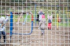 Immagine messa a fuoco e vaga per fondo del campo da giuoco del ` s dei bambini, attività al parco pubblico Immagine Stock Libera da Diritti