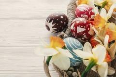 Immagine moderna di pasqua uova di Pasqua variopinte alla moda con Florida della molla Immagine Stock