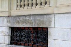 Immagine orizzontale di costruzione di pietra con le recinzioni scolpite del ferro battuto e dell'inferriata immagine stock libera da diritti
