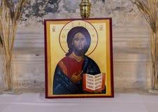 Immagine pagina Jesus Christ che tiene una bibbia aperta, chiesa di San Nicola di Myra, Locrotondo, Italia Fotografie Stock