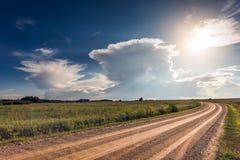 Immagine panoramica delle nuvole di tempesta del cumulonembo ad estate fotografia stock