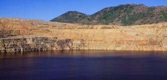 Immagine panoramica di una miniera di rame della trincea a cielo aperto Fotografie Stock