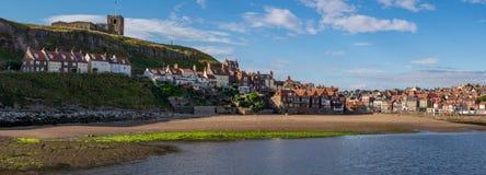 Immagine panoramica di Whitby attraverso le sabbie della collina del tate, North Yorkshire, Inghilterra immagini stock libere da diritti