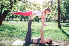 Immagine piacevole e calda della donna che tiene il suo bambino sui piedi La piccola ragazza sta tenendo le sue mani sulle mani d Immagini Stock