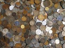 Immagine in pieno delle monete del metallo dai paesi differenti Fotografie Stock
