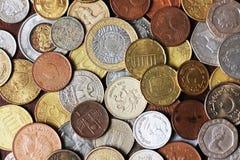 Immagine in pieno delle monete del metallo dal paese differente fotografia stock libera da diritti