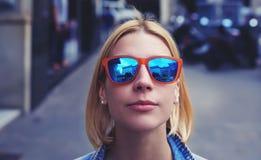 Immagine potata con la ragazza sveglia dei pantaloni a vita bassa in occhiali da sole di estate che guardano alla macchina fotogr Fotografia Stock