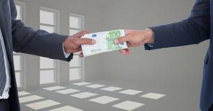 Immagine potata degli uomini d'affari che tengono il pacco dei soldi che rappresenta concetto di corruzione Immagine Stock