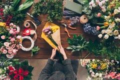 immagine potata del fiorista che avvolge mazzo in carta del pacchetto immagini stock
