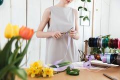 Immagine potata del fiorista della donna che usando le forbici Immagini Stock Libere da Diritti