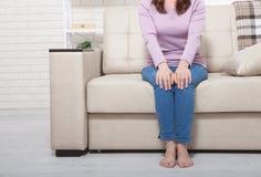 Immagine potata del ginocchio irritato femminile Fondo della donna a casa Copi lo spazio e derida su Pavimento caldo del ¿ del 'Ð Fotografia Stock