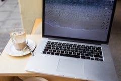 Immagine potata del NET-libro aperto con lo schermo per il contenuto di informazioni o il messaggio di testo di pubblicità Fotografia Stock Libera da Diritti