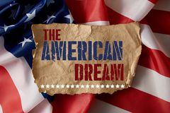 Immagine potata dell'uomo che tiene asta della bandiera americana fotografie stock