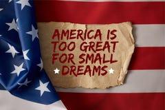 Immagine potata dell'uomo che tiene asta della bandiera americana immagini stock libere da diritti