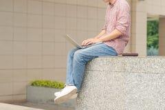 Immagine potata dell'uomo d'affari che lavora fuori dell'edificio per uffici Immagini Stock Libere da Diritti