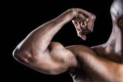 Immagine potata dell'uomo muscolare che flette i muscoli Immagine Stock