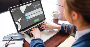 Immagine potata della donna che usando la pagina di connessione del sito sul computer portatile immagini stock