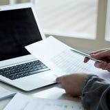 Immagine potata della donna di affari con il computer portatile Immagini Stock