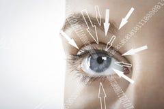 Immagine potata della donna di affari con le cifre binarie ed i segni della freccia che avanzano verso il suo occhio contro il fo Fotografia Stock