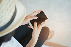 Immagine potata delle mani della donna che tengono Smart Phone con la c in bianco Fotografie Stock
