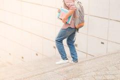 Immagine potata di funzionamento dello studente maschio con il libro in mani Fotografia Stock