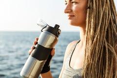 Immagine potata di giovane donna dell'atleta immagini stock libere da diritti
