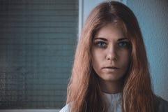 Immagine preoccupante del ritratto malato della ragazza di a mentalmente - Fotografia Stock Libera da Diritti