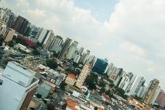 Immagine propensa dell'orizzonte della città Fotografie Stock Libere da Diritti