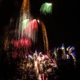 Immagine quadrata di un cielo occupato durante l'esposizione del fuoco d'artificio immagine stock libera da diritti