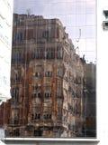 Immagine rispecchiata di vecchia costruzione Immagine Stock