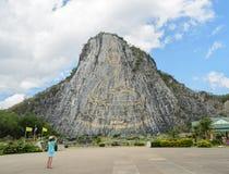 Immagine scolpita di Buddha sulla scogliera a Khao Chee Chan, Tailandia Fotografia Stock