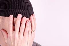Immagine sensibile con un uomo che tiene le sue mani al suoi fronte e grido immagine stock libera da diritti